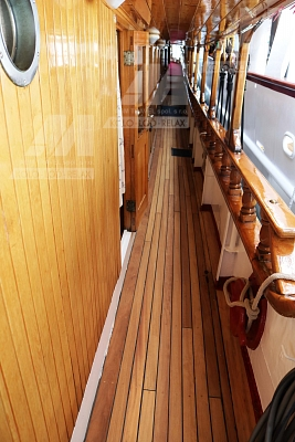 Bok lodi s teakovou podlahou